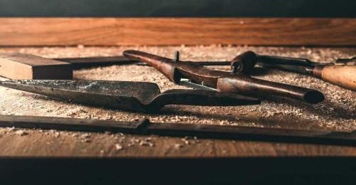 pieces of wood and tools that show the universe, the passion and the know-how